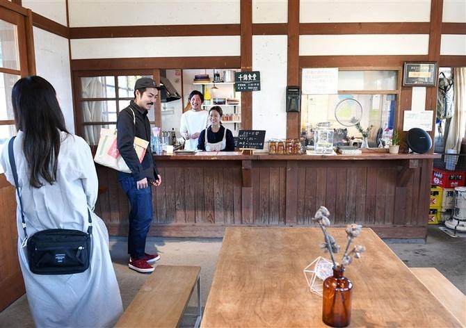 駅舎を活用した「千綿食堂」。湯下さん夫婦(左奥)が客を笑顔で見送っていた