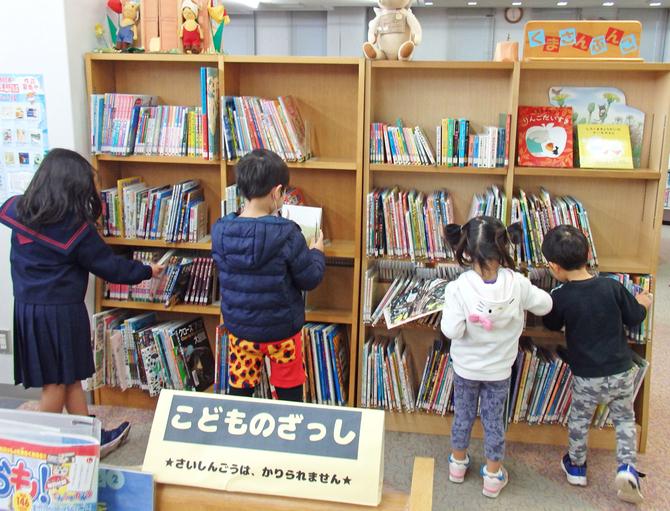 三潴図書館の「くまさんぶんこ」で本を選ぶ子ども